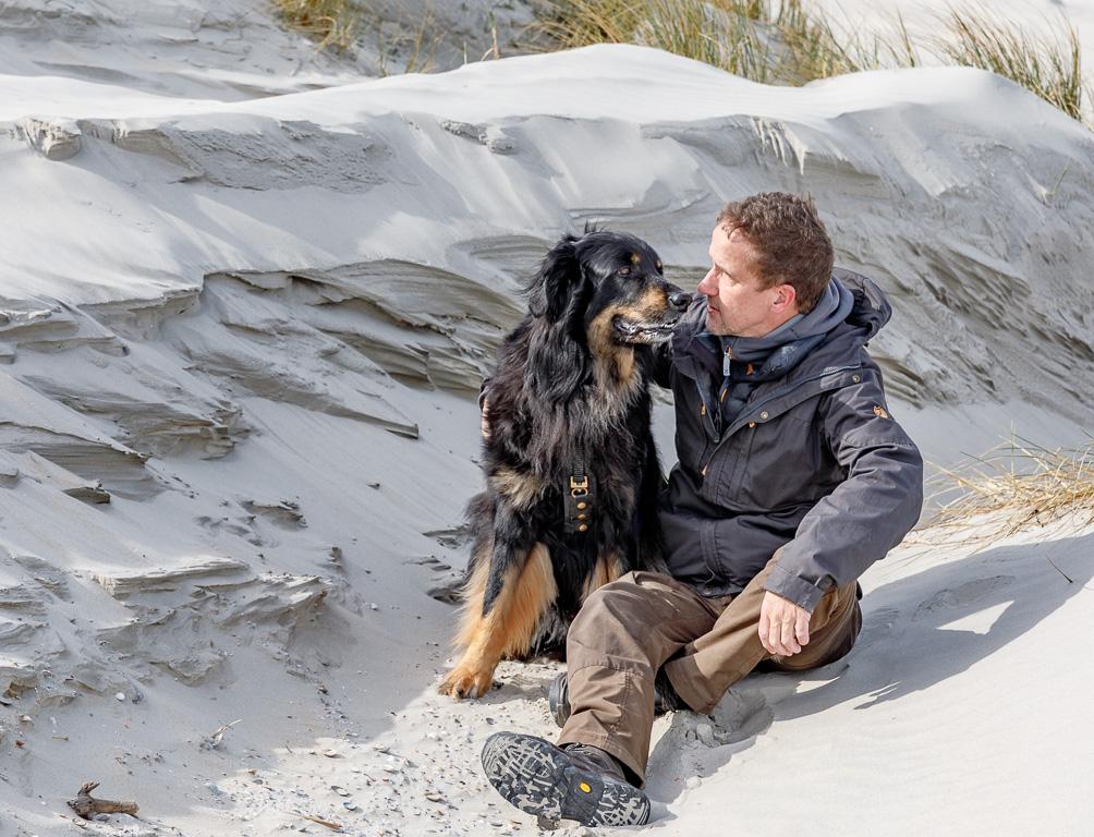 Unser Hund Timmy und ich in den Dünen von Ameland